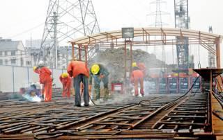 Arbeiter in Wuxi beim U-Bahn-Bau ist ein Bild, dass man eher selten sieht - vermutlich nicht nur deshalb, weil sich der Bau der Metro unterirdisch abspielt.