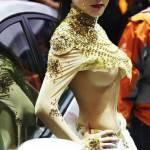 Sexy, sexy, aber trotzdem hält Sie sich gut bedeckt. Man darf Ihr aber auch ins Gesicht gucken. ;-) Und warum haben wir Prinzessin Amidala in Star Wars nie in dem Outfit gesehen?