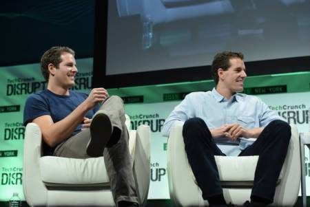 Tyler Winklevoss (l) and Cameron Winklevos (r) auf der TechCrunch Disrupt NY 2015, Photo by Noam Galai/Getty Images (https://creativecommons.org/licenses/by/2.0/)