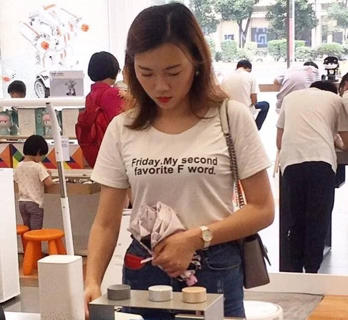 Frau, T-Shirt zeigt Aufschrift: Friday is my second favorite F word.